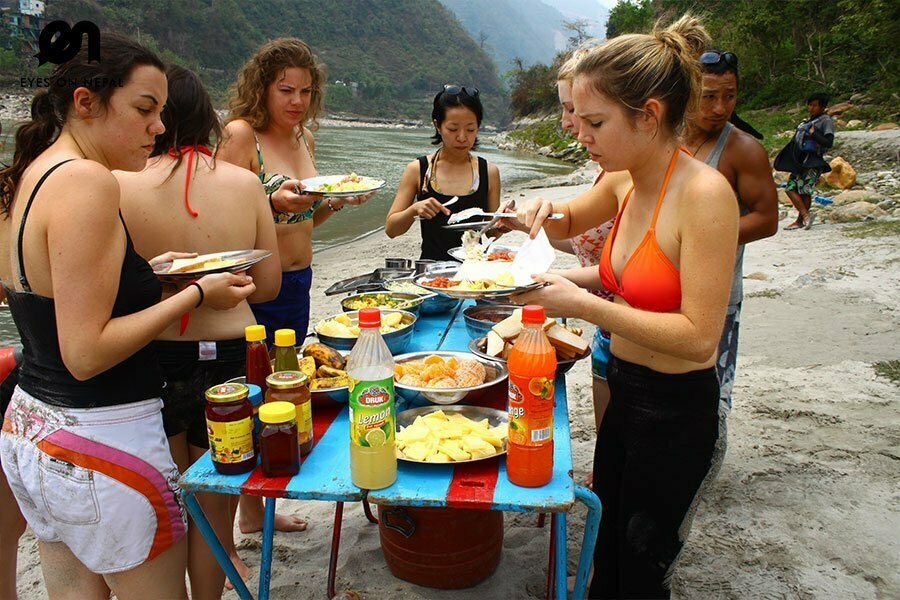 trishuli-river-rafting-lunch-in-the-riverbank
