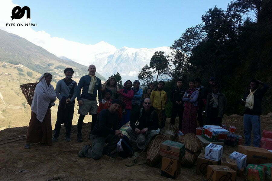 tourist-with-locals-in-siklesh-trek